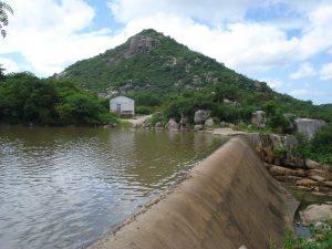 Pico do Totoró formado predominantemente por granito porfirítico ao lado do açude homônimo.