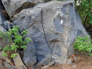 Evidência de mistura (coexistência) de magmas, denotado pela presença de granito porfirítico (rocha clara) associado a diorito (rocha escura) no Granito Totoró.