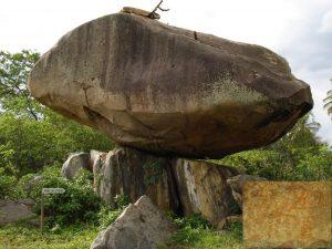 Geoforma denominada Pedra do Letreiro, por conter inúmeras pinturas rupestres na sua base. Detalhe de uma pintura no canto inferior direito.