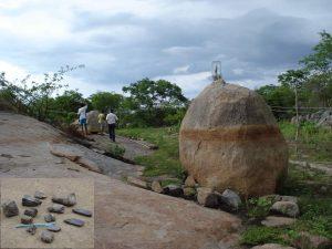 Lagoa do Santo com fósseis de animais pleistocênicos (detalhe no canto inferior esquerdo – Foto: W. Medeiros), além de pinturas rupestres.