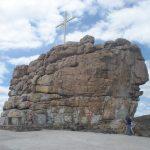 Morro do Cruzeiro formado por um dique de pegmatito contendo biotita, muscovita e textura gráfica.