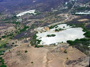 Vista aérea do Parque Temático da Mina Brejuí e o depósito de acúmulo de rejeitos da mina (em primeiro plano). Foto: R. Diniz.