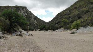 Visão geral do início do geossítio formado por serras de quartzitos por onde passa o Rio Picuí. Na foto aparece o leito seco do rio.