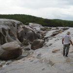 Leito do Rio Carnaúba atravessando as rochas graníticas.