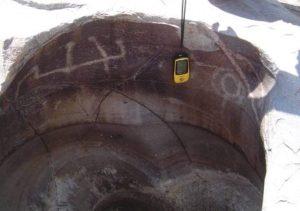 Gravuras rupestres, sob a forma de entalhes, da Tradição Itaquatiara que se abrigou nas Marmitas do Rio Carnaúba há 2.500 anos antes do presente. Foto: W. Medeiros.