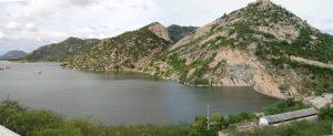 Visão panorâmica do Geossítio Açude Gargalheiras e da Serra do Pai Pedro. Foto: P. Costa.