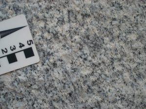 Granito de textura média que formam as serras do Minador e da Lagoa.