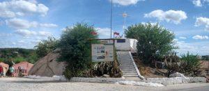 Visão panorâmica do Geossítio Cruzeiro de Acari, onde se encontra um painel interpretativo do Projeto Monumentos Geológicos (centro da foto), com informações sobre o referido geossítio.
