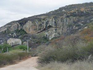 Parte da Serra das Queimadas com a geoforma Pedra da Boca. No canto inferior esquerdo ocorrem as pinturas rupestres e o cemitério indígena infantil.