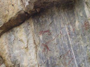 Exemplo de uma as pinturas rupestres retratada sobre metaconglomerado da Formação Equador.